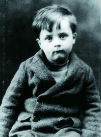 Одна из немногих сохранившихся детских фотографий Джона Сёрла, которую его ближайшие соратники именуют Master John