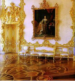 Дюседепорт над дверным проемом с золотым божеством