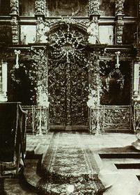 Иконостас в верхей церкви храма Вознесения Христова в Кадашах. Фото начала XX века Царские врата украшены богатой резьбой.