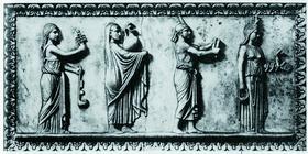 Процессия почитателей египетской богини Исиды (крайняя слева девушка держит в правой руке систр). Мраморный рельеф. II в. до н. э.