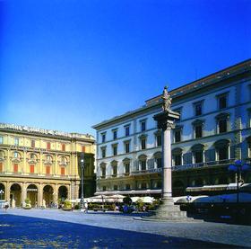 Колонна на площади Республики во Флоренции отмечает центр древнего римского города - место, где перекрещивались кардо и декуманос, две главные улицы