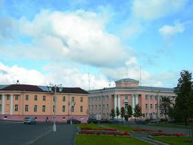 На месте здания с четырьмя колоннами (справа) когда-то стоял дом, где жил первый олонецкий губернатор Гаврила Романович Державин