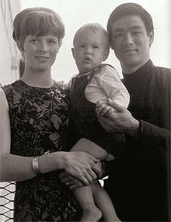 Брюс Ли с женой Линдой и сыном Брендом
